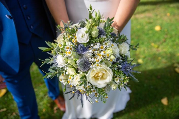 Bouquet de mariée déstructuré bleu / blanc / fleurette champêtre
