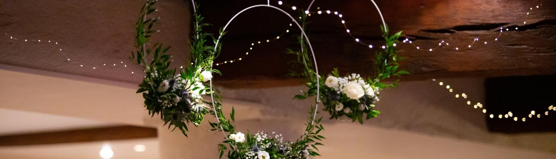 Composition florale anneau suspendu mariage